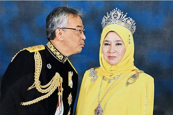 raja_Malaysia_Hendak_Mencium_Istri.jpg