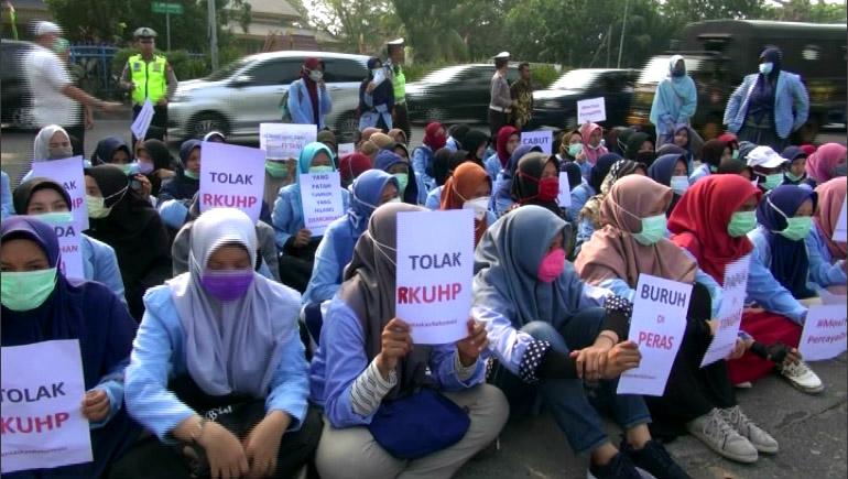 Demo Mahasiswa Di depan Gedung DPRD RIAU Menolak Pengesahan RKUHP - (Ada 3 foto)
